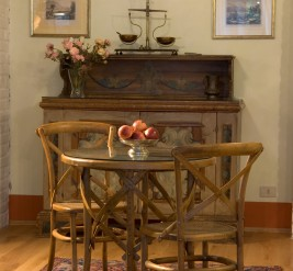 La camera matrimoniale La Ginestra è arredata con pregiati mobili d'epoca